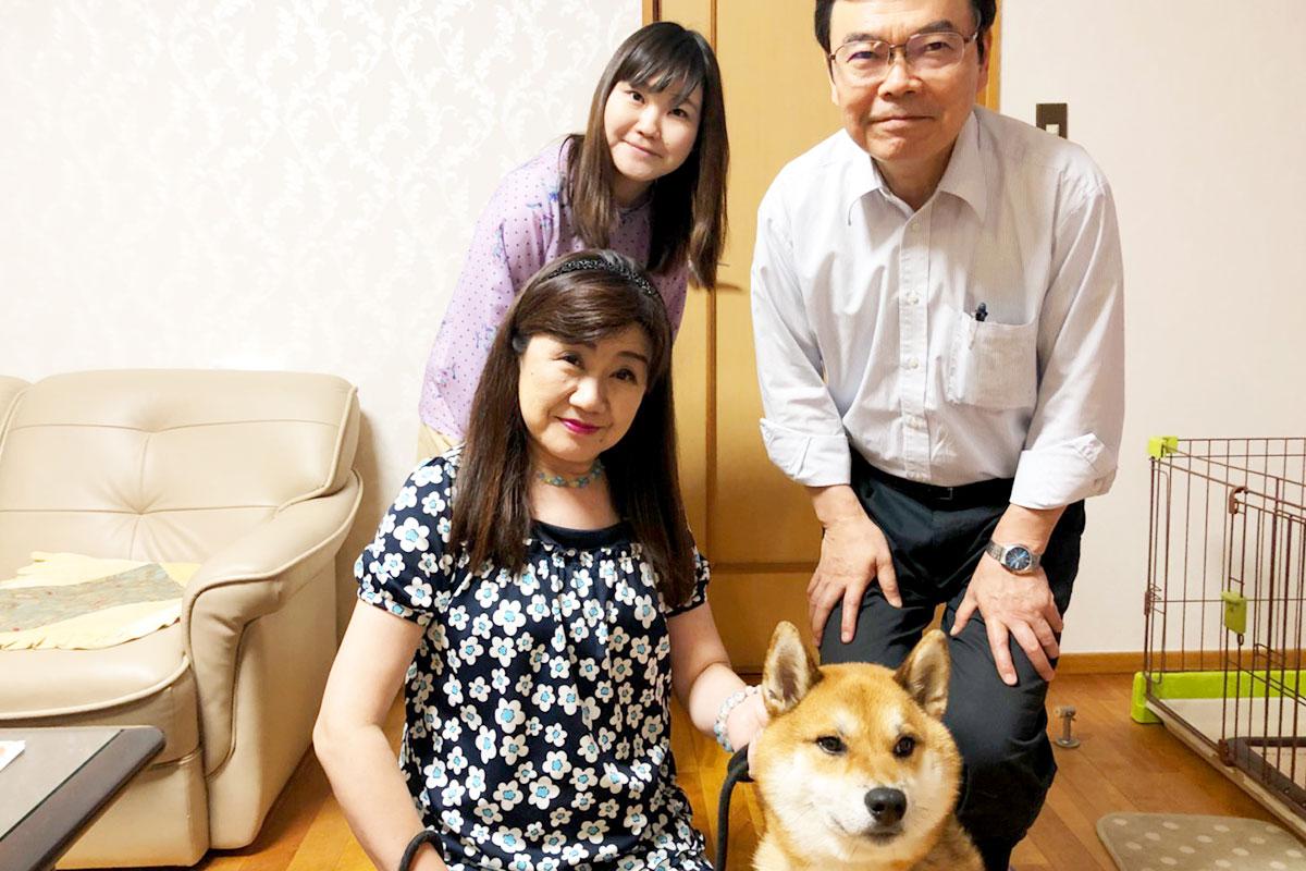 ドッグトレーニング施設・ホテル文京店、世田谷店の「犬のしつけハグ」のサービスを受けたお客様の声の柴犬とお客様ご家族